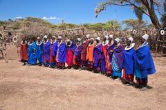 Maasai妇女在他们的村庄在坦桑尼亚,非洲 免版税库存照片