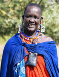 Maasai有传统穿甲和珠饰细工的部落妇女 库存图片