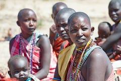 Maasai有婴孩和孩子的,坦桑尼亚部落妇女 免版税库存照片