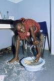 Maasai男孩的腿的药物治疗 免版税库存照片