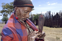 Maasai资深男性,肯尼亚村庄生活  免版税库存照片