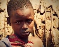 Maasai barnstående i Tanzania, Afrika Royaltyfri Fotografi