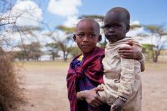 Maasai barnstående i Tanzania, Afrika Fotografering för Bildbyråer