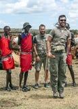 Maasai con el grupo de turistas Foto de archivo
