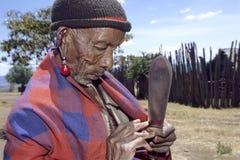 Maasai-Dorfleben des älteren Mannes, Kenia Lizenzfreie Stockfotos