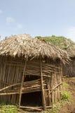 Maasai förlägga i barack i by Arkivfoto