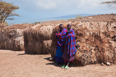Maasai folk i deras by i Tanzania, Afrika Arkivbild