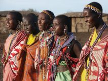 Maasai Frauentanzen stockbild