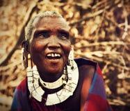 Maasai gammal kvinnastående i Tanzania, Afrika Arkivbild