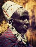 Maasai gammal kvinnastående i Tanzania, Afrika Royaltyfri Bild