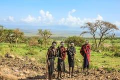 Maasai krigare efter omskärelseceremoni Arkivbild