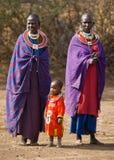 Maasai kvinna i traditionella kläder Arkivbilder