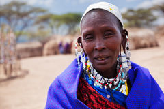 Maasai kvinnastående i Tanzania, Afrika Arkivbilder