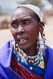 Maasai kvinnastående i Tanzania, Afrika Fotografering för Bildbyråer