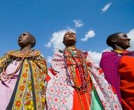 Maasai kvinnor som sjunger tillsammans rituella sånger i traditionell klänning Arkivfoton