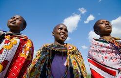 Maasai kvinnor som sjunger tillsammans rituella sånger i traditionell klänning Fotografering för Bildbyråer