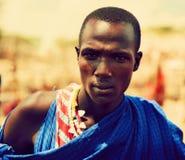 Maasai manstående i Tanzania, Afrika Arkivfoton