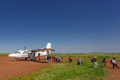 Maasai Mara, Kenya - 24 de junho de 2015: O plano de Safalink aterrou no aeroporto de campo de Maasai Mara, Kenya Imagens de Stock