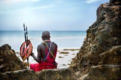 Maasai que se sienta por el océano Imágenes de archivo libres de regalías