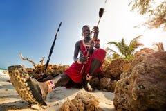 Maasai se reposant par l'océan Image libre de droits