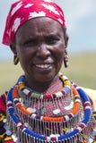 Maasai-Stammfrau mit traditionellem Durchdringen und Beadwork Lizenzfreie Stockfotos