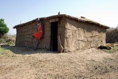 Maasai wojownik opiera przeciw jego borowinowej budowy budzie Zdjęcia Royalty Free