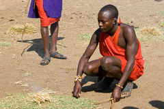 Maasai wojownik robi otwierał ogień w krzaku Obrazy Royalty Free
