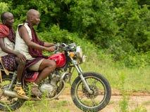 Maasai współplemienowie jedzie motocykl Obrazy Stock