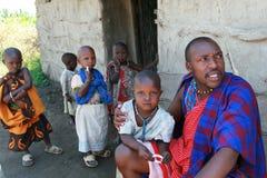 Maasaifamilie bij drempel van zijn huis, vader en kinderen Royalty-vrije Stock Foto's