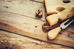 Maasdam乳酪用核桃和乳酪在年迈的木背景,顶面直角的射击,选择聚焦分叉 库存照片