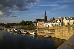 Maastricht, la ciudad holandesa en el río Mosa con los barcos en el h fotografía de archivo libre de regalías