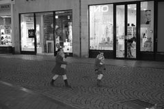 Maastricht Nederländerna som shoppar gatan, afton. Arkivbild