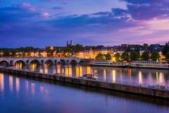 Maastricht och Maas flod runt om solnedgång Arkivfoto