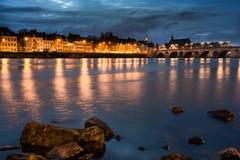 Maastricht stad vid natt arkivbilder