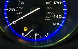 Maat die van de het gasbrandstof van het auto de autodashboard tonend lege brandstoftank uit gas wijzen op royalty-vrije stock foto