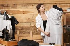 Maatregel tweemaal en Besnoeiing eens Portret van geconcentreerde jonge Kaukasische ontwerper die van kledingstuk nieuw concept k royalty-vrije stock foto