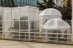 Maatregelen om hitte-houdende van installaties in de winter te beschermen Apparatenserres van polyethyleen worden gemaakt om de c stock foto