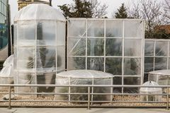 Maatregelen om hitte-houdende van installaties in de winter te beschermen Apparatenserres van polyethyleen worden gemaakt om de c stock fotografie