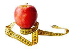Maatregelenband en vers die fruitappel over witte achtergrond wordt geïsoleerd Verliesgewicht, slank lichaam, gezonde voedingconc stock afbeeldingen