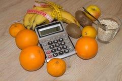 Maatregelenband en vers fruit op de achtergrond Gezond levensstijldieet met verse vruchten Stock Foto