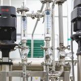 Maatregelenmateriaal, pijp en pomp op de farmaceutische industrie Stock Foto's