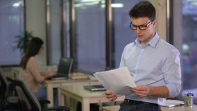 Maatschappelijk werker die werkloosheidscijfers in stad, arbeidsmarkt analyseren, freelancer stock footage