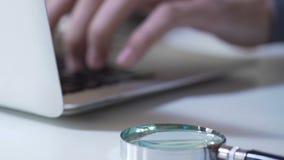 Maatschappelijk werkerhanden die informatie toevoegen aan elektronisch gegevensbestand, het computerwerk stock videobeelden