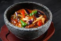 Mabo Eggplant Bowl em uma mesa de jantar imagem de stock royalty free