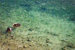 Mabul öbarn som söker för havsgatubarn Royaltyfria Bilder