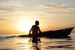 MABUL-INSEL, SABAH 28. FEBRUAR 2015 Schattenbild der Seezigeunerbootfahrt über einem Sonnenunterganghintergrund an am 28. Februar Lizenzfreies Stockfoto