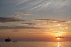 MABUL-INSEL, SABAH 28. FEBRUAR Schattenbild der Seezigeunerbootfahrt über einem Sonnenunterganghintergrund an am 28. Februar Die  Lizenzfreies Stockbild