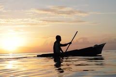 MABUL-INSEL, SABAH 28. FEBRUAR 2015 Schattenbild der Seezigeunerbootfahrt über einem Sonnenunterganghintergrund an am 28. Februar Lizenzfreie Stockfotos
