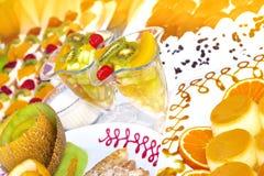 Macédoine de fruits et torte Images libres de droits