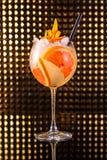 Macédoine de fruits orange avec le pamplemousse en verre rond grand image libre de droits